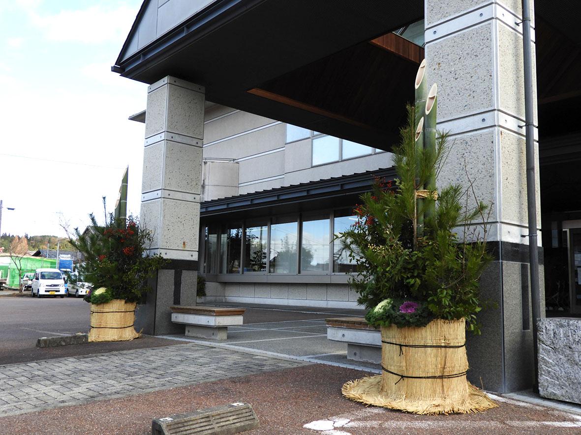 岩村福祉センターの門松が完成